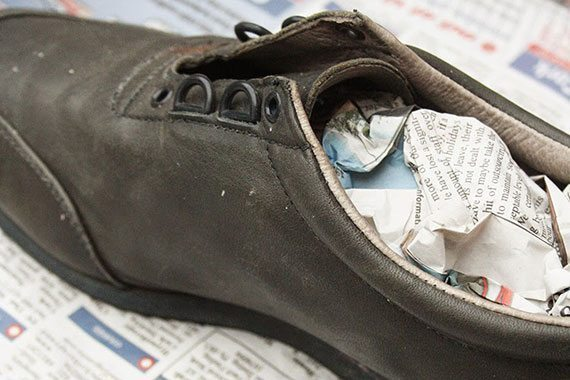 กระดาษหนังสือพิมพ์ยัดรองเท้า